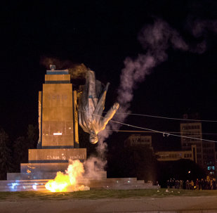 Activists dismantle Ukraine's biggest monument to Lenin at a pro-Ukrainian rally in the central square of the eastern city of Kharkiv, Ukraine, Sunday, Sept. 28, 2014