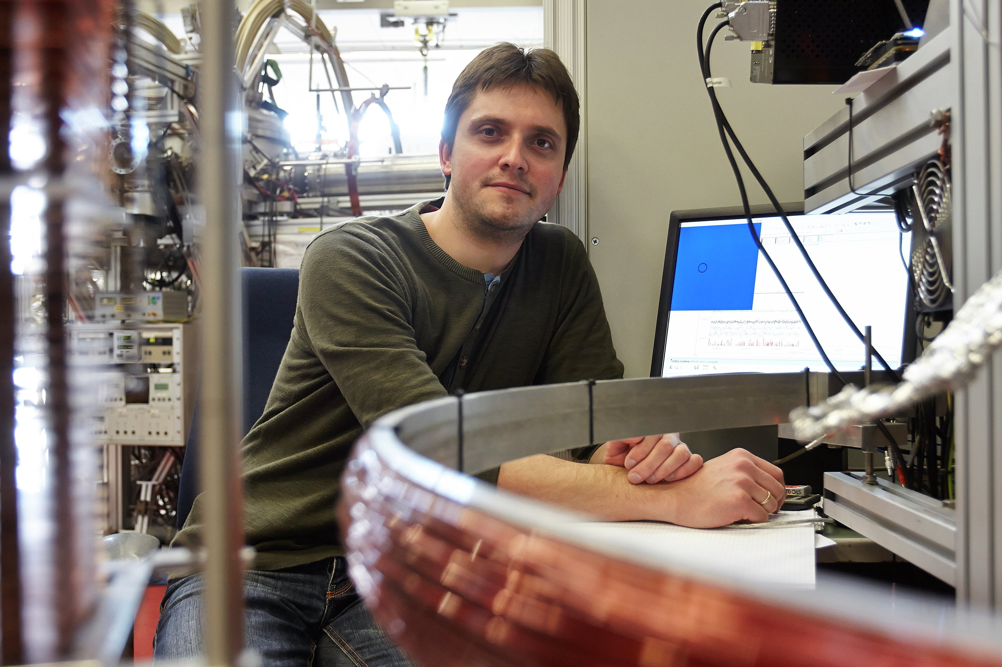 Maksim Kunitski at the Frankfurt COLTRIMS microscope with which he discovered the Efimov state of the helium trimer
