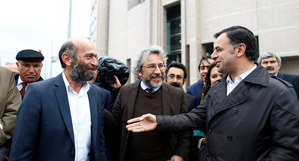 Can Dundar (C), editor-in-chief of Cumhuriyet, accompanied by his Ankara bureau chief Erdem Gul (L) arrive at the Justice Palace in Istanbul, Turkey May 6, 2016.
