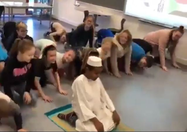 Muslim prayer at Thyregod School in Denmark (screenshot)