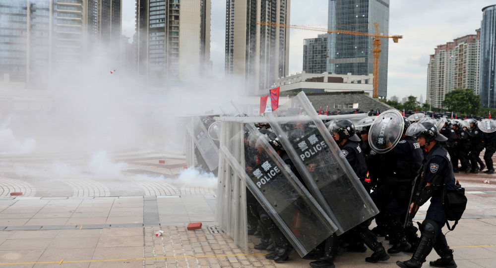 Police officers take part in an anti-riot drill in Shenzhen, Guangdong province, China August 6, 2019. Gu Wei/Southern Metropolis Daily via REUTERS