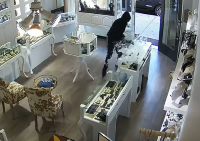Owner of US Jewelry Store Fights Off Thieves