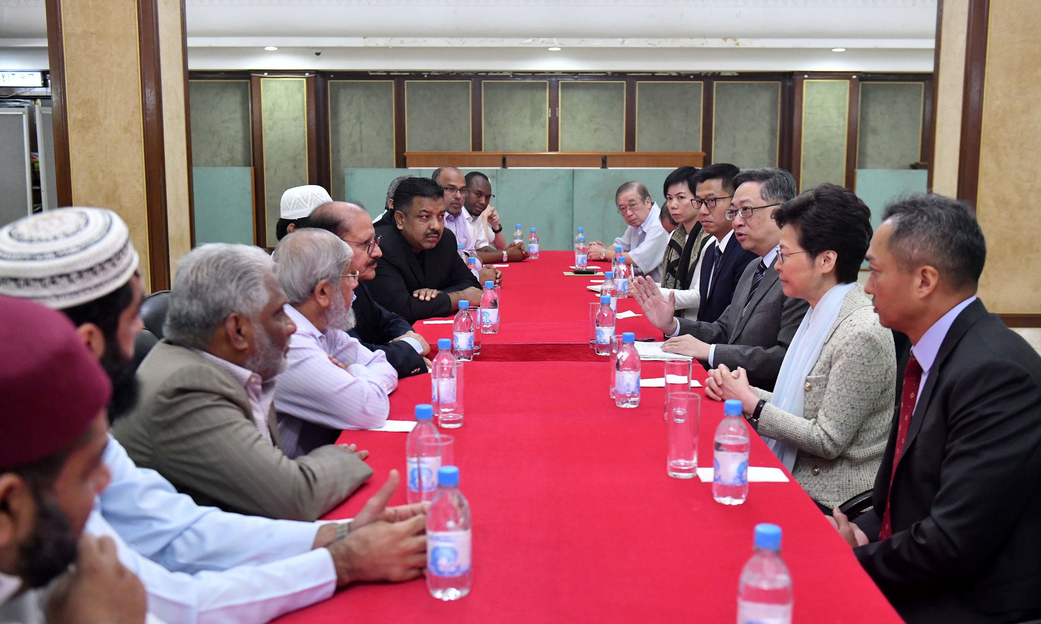 The Chief Executive, Mrs Carrie Lam (second right), together with the Commissioner of Police, Mr Lo Wai-chung (third right), today (October 21) paid a visit to the Kowloon Masjid and Islamic Centre in Tsim Sha Tsui to meet with representatives of the Incorporated Trustees of the Islamic Community Fund of Hong Kong and other leaders of the local Muslim community.