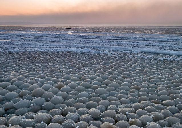 Ball ice in Stroomi beach