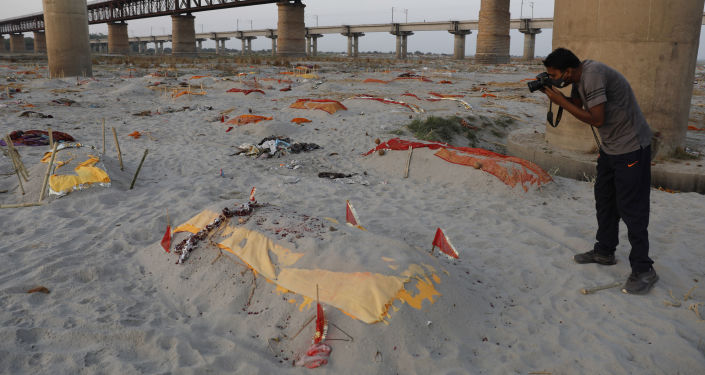 Rain-Fed Ganges Exposes 'Mass Grave' Horror, Floating Corpses Being Pulled Out for Cremation