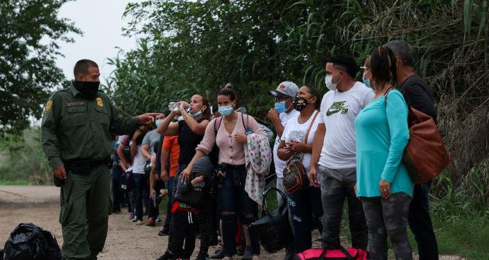 Texas Mula Menangkap Migran Setelah Mengisytiharkan Bencana di Negeri Kerana Melintasi Sempadan Tidak Sah