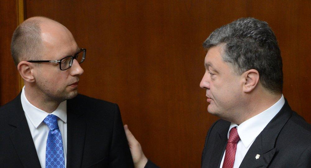 Ukrainian President Petro Poroshenko (right) and Prime Minister Arseny Yatsenyuk
