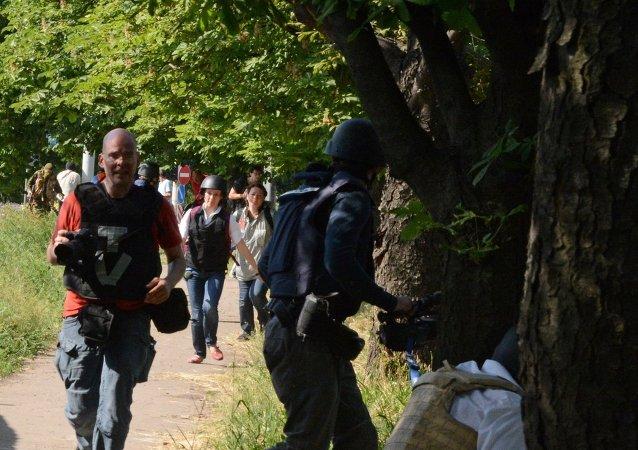 Журналисты недалеко от международного аэропорта Донецка, где произошло вооруженное столкновение