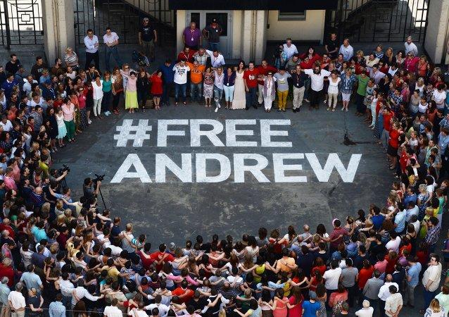 Флешмоб в поддержку фотокорреспондента МИА Россия сегодня Андрея Стенина