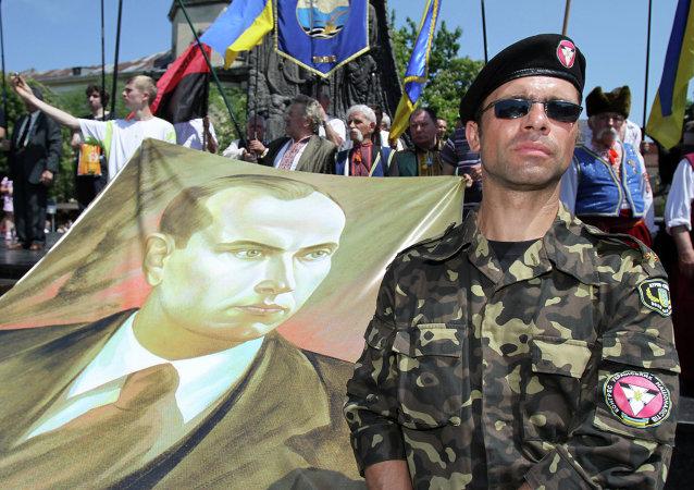 Представитель Конгресса украинских националистов с портретом Степана Бандеры