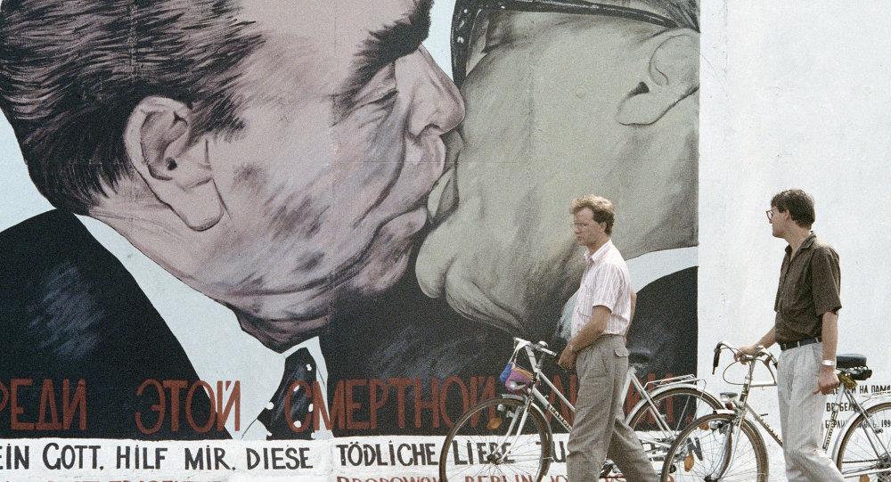 Граффити на уцелевшем участке Берлинской стены