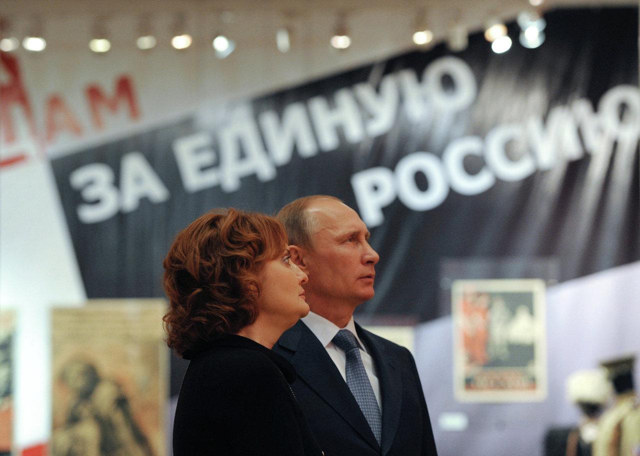 Президент РФ Владимир Путин во время осмотра экспозиции Государственного центрального музея современной истории России
