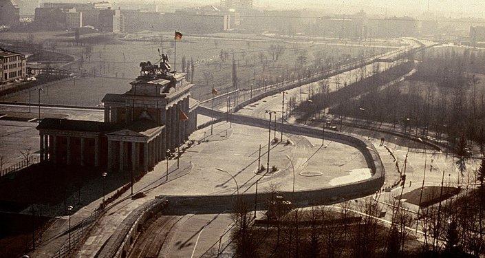 Brandenburg Gate / Arial View / 1962 Berlin, Brandenburg Gate. - Arial view with the Berlin Wall. - Photo, c.1962.