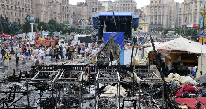 Kiev residents and municipal workers clear barricades on Independence Square (Maidan)