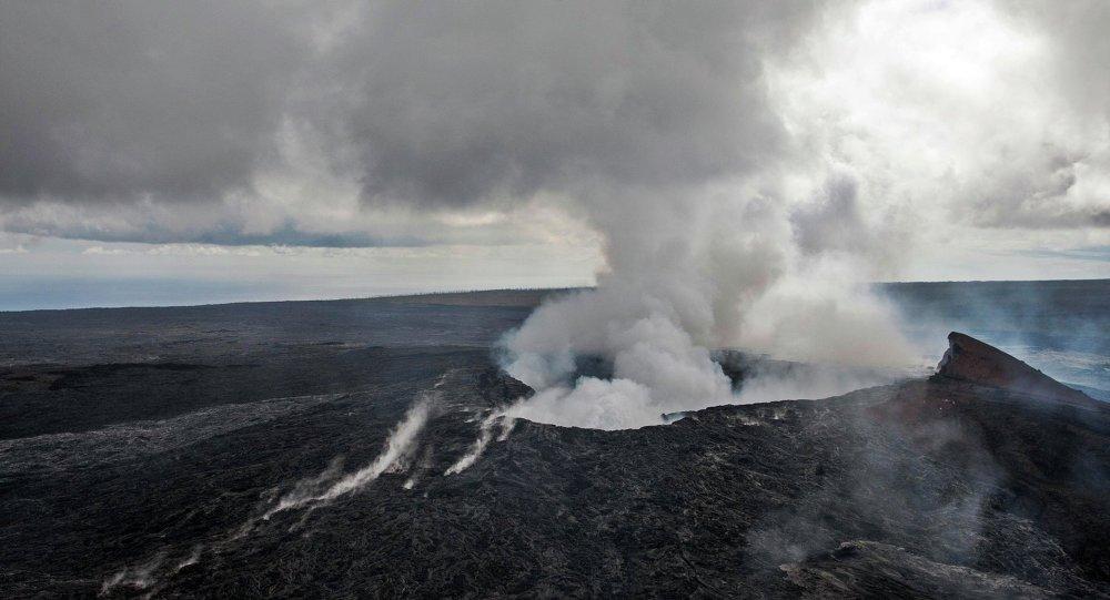 Smoke rises from the Pu'u O'o vent on the Kilauea Volcano October 29, 2014 on the Big Island of Hawaii