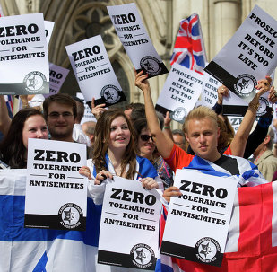 People hold placards and Israeli and Union flags outide the Royal Courts of Justice as Jewish groups rally in London on August 31, 2014
