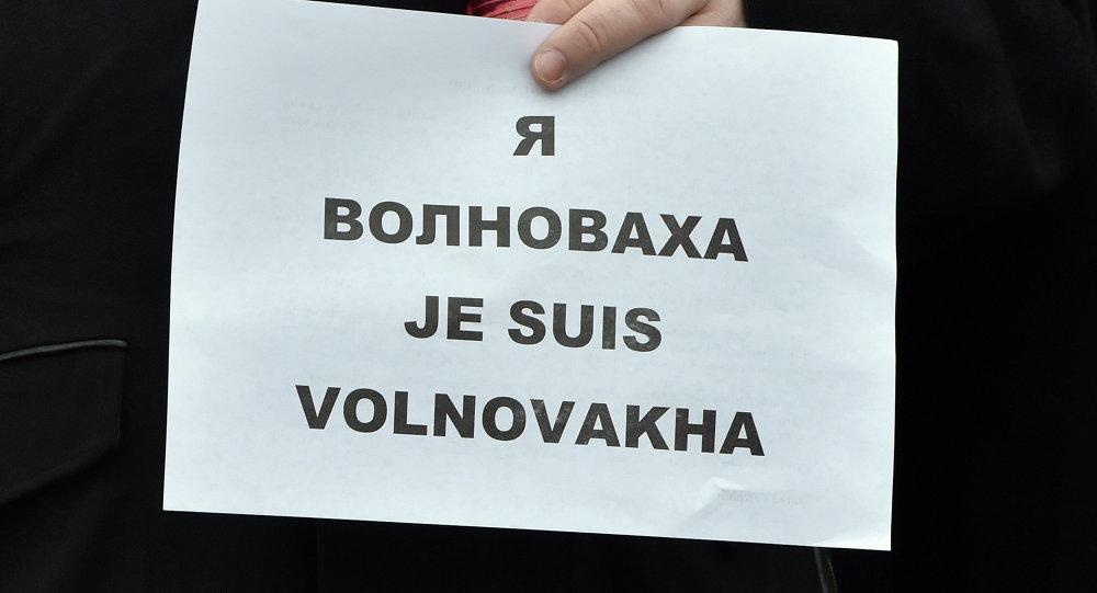 Ukrainian President Petro Poroshenko holds a placard reading Je suis Volnovakha (''I am Volnovakha'') during a rally on Independence Square in Kiev on January 18, 2015