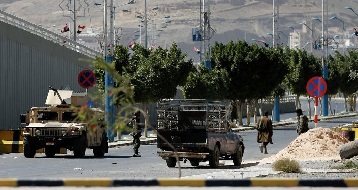 Presidential troops block a road leading to the presidential palace in Sanaa January 20, 2015.
