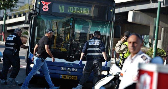 Israeli police crime scene investigators work at the scene of a stabbing attack in Tel Aviv January 21, 2015.