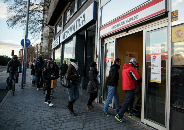 People enter a government-run employment office in Madrid January 22, 2015