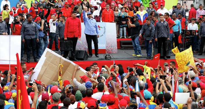 Venezuelan President Nicolas Maduro (C) waves to supporters during a rally to commemorate the 57th anniversary of the end of Venezuelan dictator Marcos Perez Jimenez's regime in Caracas January 23, 2015
