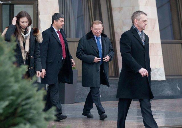 Former Ukrainian President Leonid Kuchma (2nd R) after arriving at Minsk's International Airport