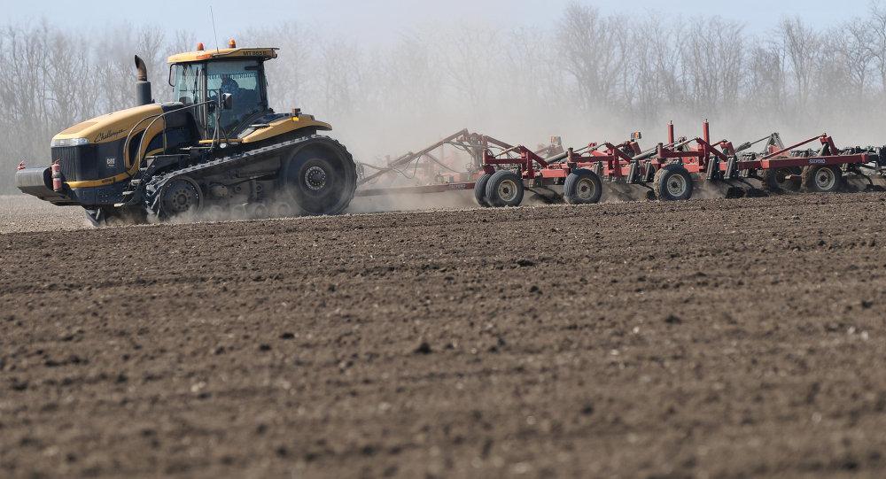 Весенние полевые работы на полях Ростовской области