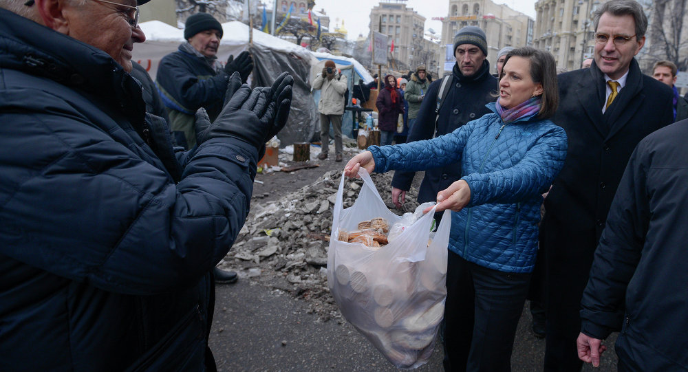 US Assistant Secretary for European and Eurasian Affairs Victoria Nuland and Ambassador to Ukraine Geoffrey Pyatt, offering cookies and (behind the scenes) political advice to Ukraine's Maidan activists and their leaders.