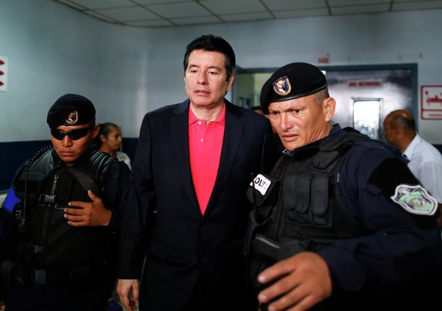 Alejandro Moncada Luna (C), former president of Panama's supreme court, is escorted by police officers as he leaves hospital after a general check-up before his hearing at the National Assembly in Panama City March 4, 2015