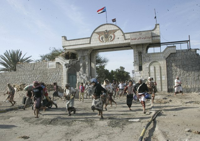 Militia men loyal to Yemen's President Abd-Rabbu Mansour Hadi loot the barracks of the Special Forces in the southern port city of Aden