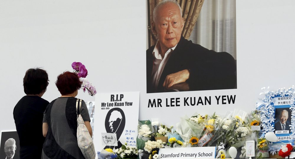 People pay their respects to the late first prime minister Lee Kuan Yew at a community tribute site in Singapore March 28, 2015