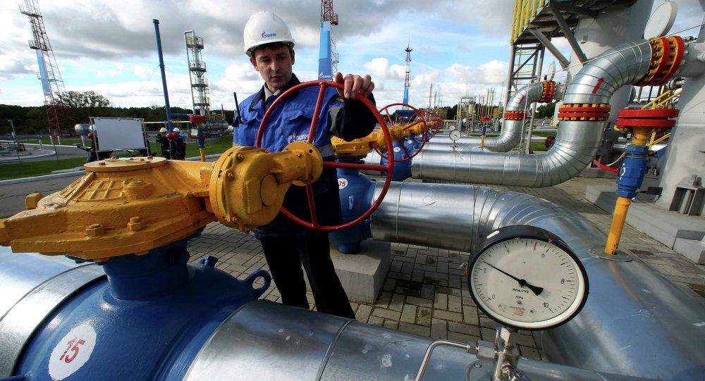 Работник Газпрома на газохранилище