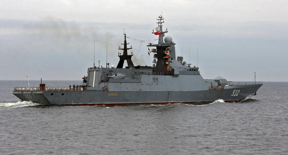 Корвет Бойкий с управляемым ракетным оружием Военно-Морского Флота России в Калининградском морском канале.
