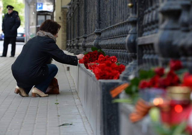 Woman lies flowers to Ukrainian embassy in Moscow