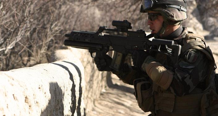 A soldier carries a German gun G36