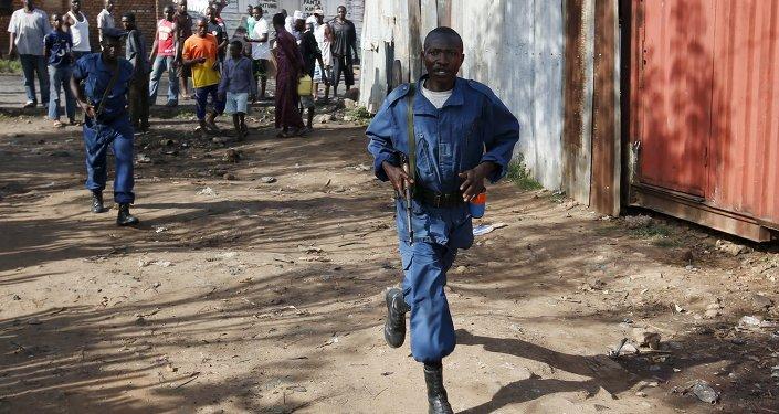 Policemen walk along a street in Bujumbura, Burundi May 15, 2015