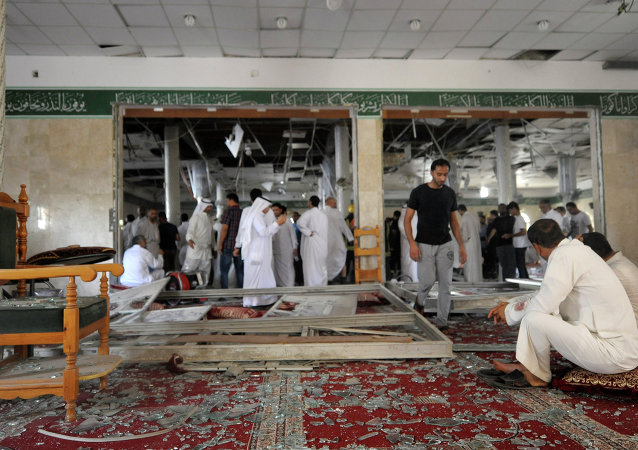 Saudi men reacts following a blast inside a mosque, in the mainly Shiite Saudi Gulf coastal town of Qatif, 400 kms east of Riyadh, on May 22, 2015