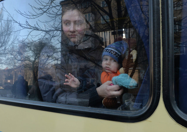 Four buses carry refugees from Donetsk to Russia