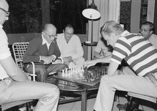 Menahem Begin and Zbigniew Brzezinski play chess during the Camp David Summit
