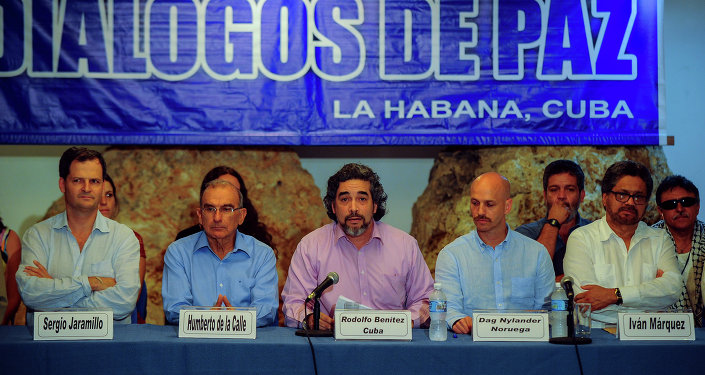Cuban guarantor of the peace talks Rodolfo Benitez (C) speaks during a press conference at the end of the 37th cycle of the peace talks between the Colombian government and the Revolutionary Armed Forces of Colombia, at Convention Palace in Havana, on June 4 , 2015