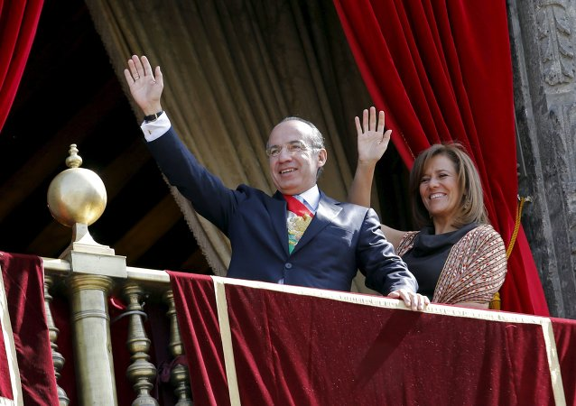 Mexico's ex-President Felipe Calderon (L) and his wife and Mexico's first lady Margarita Zavala, wave to the crowd after presiding for the last time over a military parade in celebration of the 102nd anniversary of the Mexican Revolution on Zocalo Square in Mexico City in this November 20, 2012 file photo
