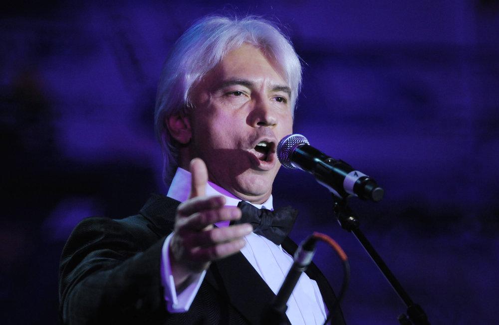 Оперный певец Дмитрий Хворостовский выступает на VIII благотворительном Венском балу в Москве