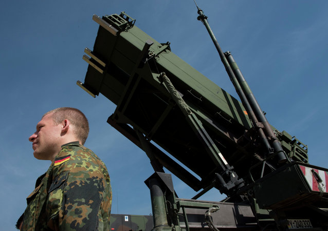 Picturen taken on March 25, 2014, shows a German soldier standing to attention in front of a German Patriot missile launcher at the Gazi barracks in Kahramanmaras, southern Turkey
