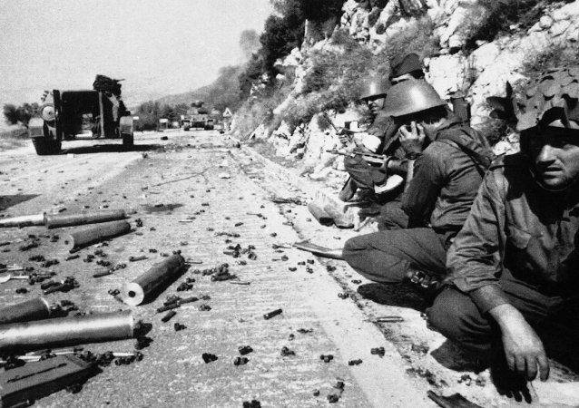 Federal army soldiers take cover at a road near Dubrovnik's airport in Cilipi, Croatia, Oct. 15, 1991 after heavy fighting with Croatian forces