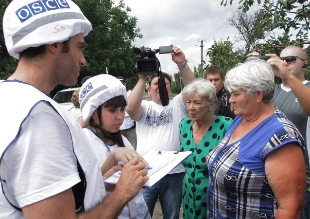 OSCE monitors survey residents of Sakhanka, Donetsk Region, which was shelled by Ukrainian army