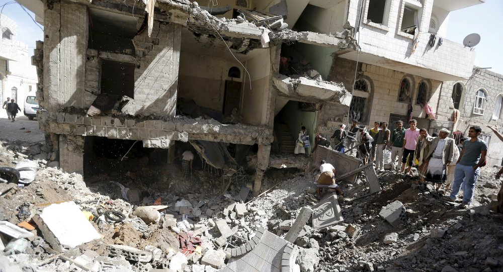 People gather at the site of a Saudi-led air strike in Yemen's capital Sanaa September 22, 2015. Warplanes from a Saudi-led alliance bombed two houses in Yemen's capital on Tuesday, killing at least 20 people, medics and local officials said