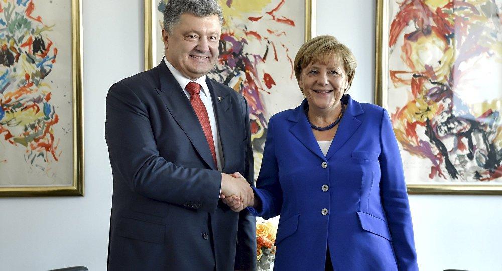 Ukraine's President Petro Poroshenko (L) and German Chancellor Angela Merkel