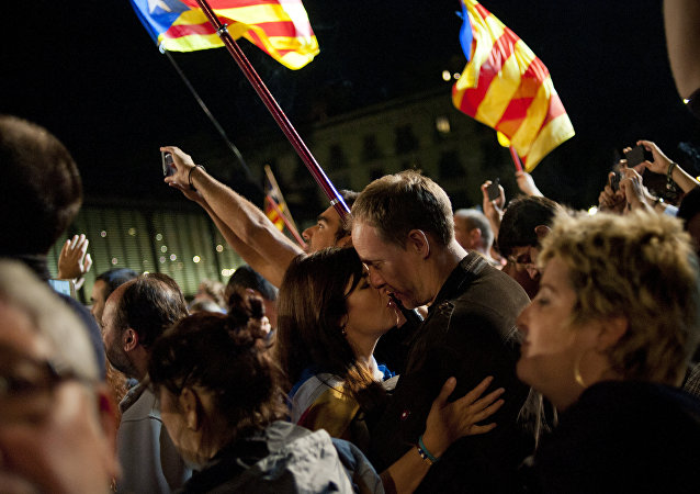 A couple kisses after the partial results of the regional election in Barcelona on September 27, 2015