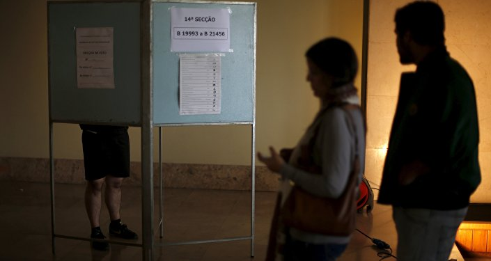 People wait to vote during the general election in Lisbon, Portugal October 4, 2015.