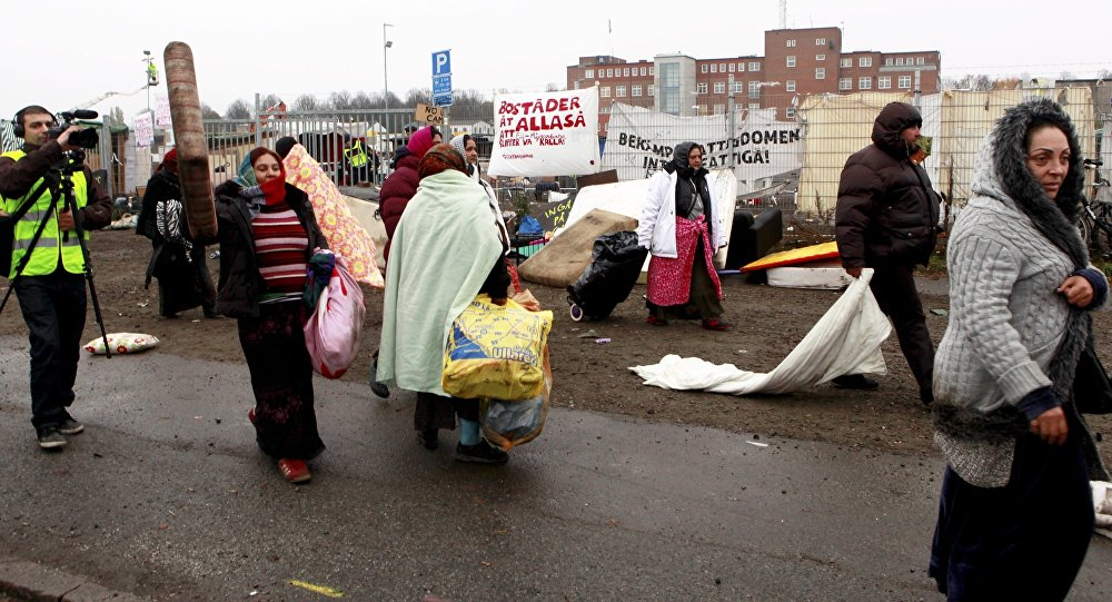 EU migrants are evicted by police from a camp in Malmoe, Sweden, November 3, 2015.